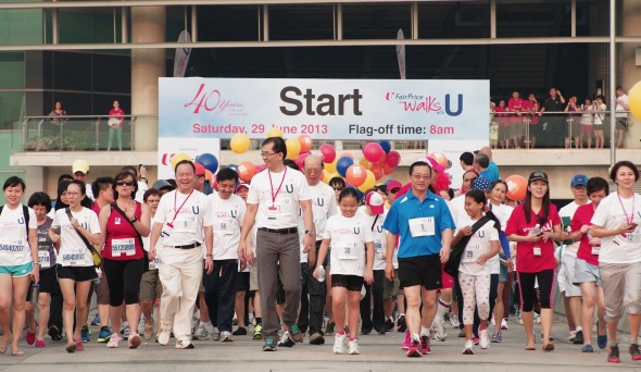 A_sell-out_crowd_of_5000_participants_were_flagged-off_by_GOH_DPM_Teo_Chee_Hean_at_Marina_Barrage_at_the_inaugural_FairPrice_Walks_With_U_on_29_June.__