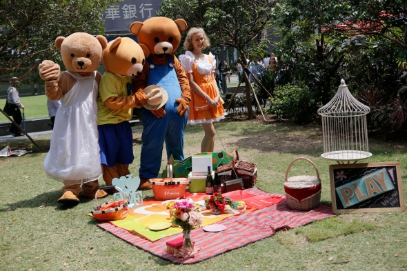 Goldilocks_and_the_Three_Bears_at_Raffles_Green