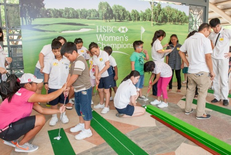 20140224_DSC_879Besides_joining_Shan_Shan_to_interact_with_the_children,_Amanda_and_Janet_also_conducted_a_golf_clinic_for_the_children.4